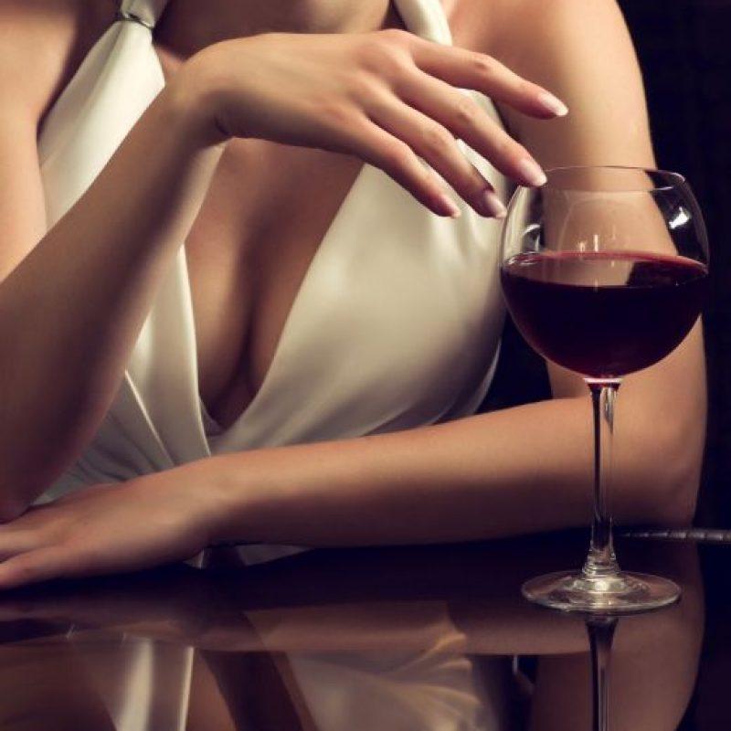 En un estudio con 800 mujeres de 18 a 50 años, expertos de la Universidad de Florencia, Italia, revelaron que beber una o dos copas al día ayuda a mejorar el flujo sanguíneas en zonas claves del organismo, lo cual incrementa el deseo sexual.