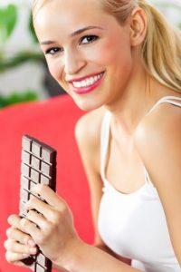 Un estudio publicado en la revista The Journal of Sexual Medicine afirma que las mujeres que consumen al menos una pastilla de chocolate negro al día aumentan el deseo sexual y tienen relaciones sexuales más placenteras.