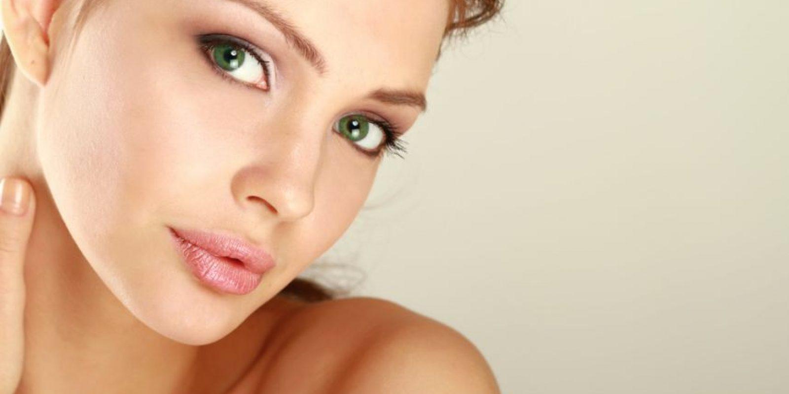¿Le temes a la hidratación por el brillo que provoca en tu rostro? Tranquila, utiliza una base matificantes que te ayude a controlar los brillos. Foto:Shutterstock