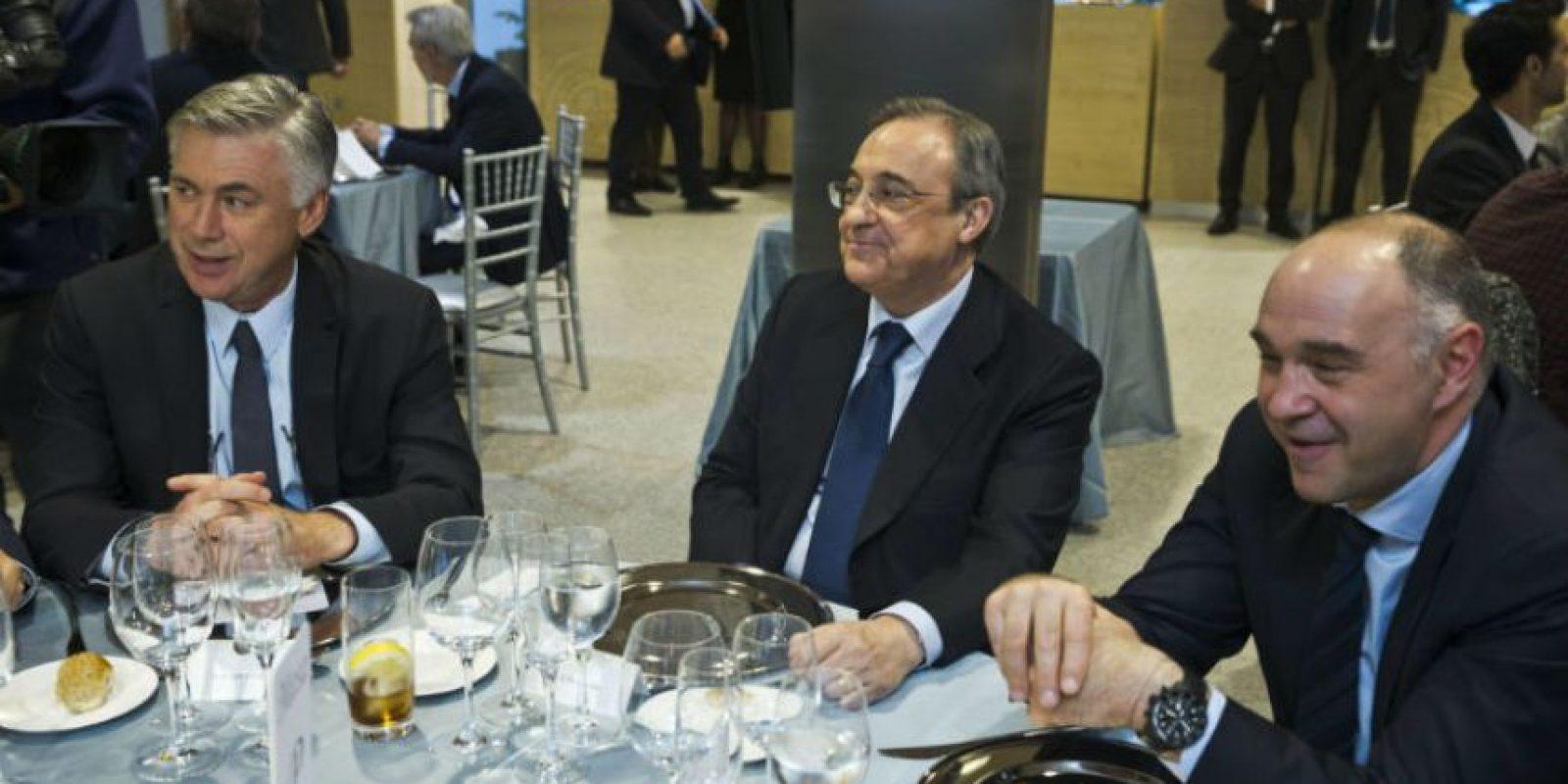 El entrenador Carlo Ancelotti, el presidente del Real Madrid Florentino Pérez y Pablo Laso, técnico del equipo de baloncesto, dsifrutaron de la noche. Foto:EFE