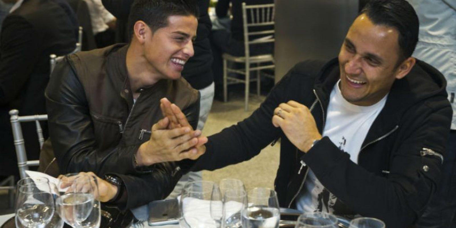 El colombiano James Rodríguez bromea con el costarricense Keylor Navas. Foto:EFE