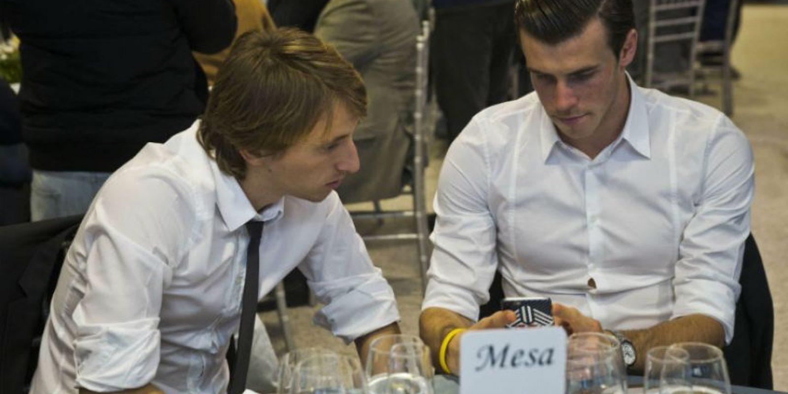 Mientras servían la cena, el croata Luka Modric y el galés Gareth Bale se distrajeron con el celular. Foto:EFE