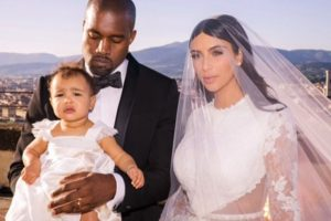 """Andrea Bocelli fue el encargado de musicalizar la entrada de la novia con el tema """"Con te partiró"""". Foto:Instagram/Kim Kardashian"""