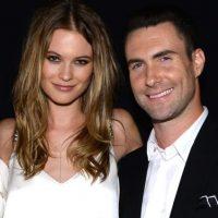 El vocalista de Maroon 5 y la modelo de Namibia se casaron el pasado 19 de julio en Los Cabos, México. Foto:Getty Images