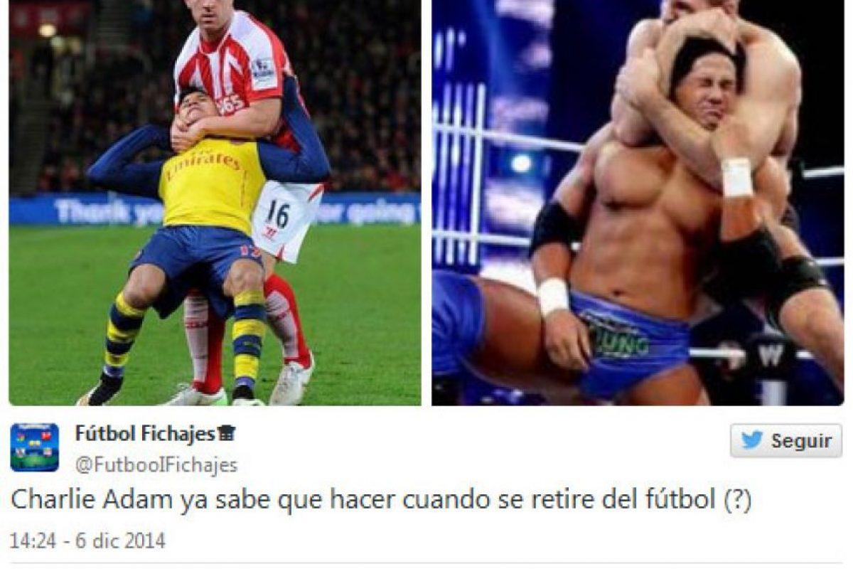Alexis Sánchez recibió una fuerte agresión por parte de Charlie Adam, del Stoke City Foto:Twitter