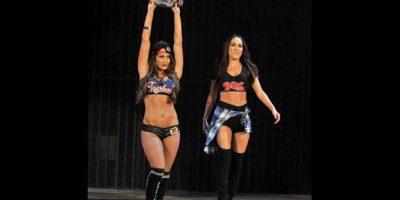 La campeona Nikki Bella, acompañada de su gemela Brie Foto:WWE
