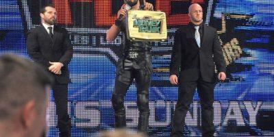 Si Rollins vence a Cena en una pelea de mesas, el rapero dejará de ser el retador al campeonato Mundial de Peso Completo de la WWE Foto:WWE