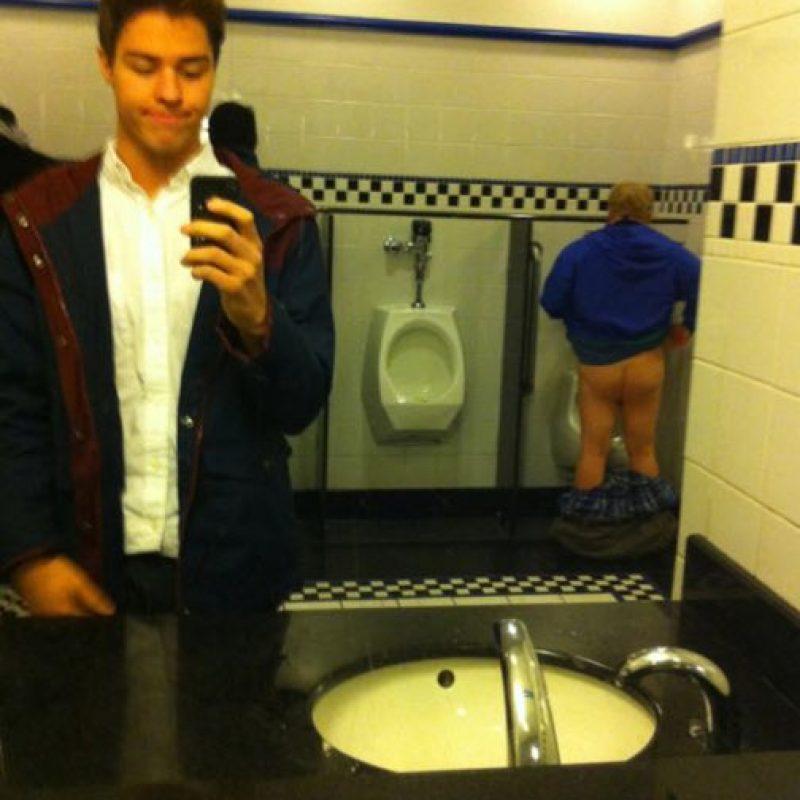 ¿Qué hace el trasero de este hombre en su selfie? Foto:Funy Pics Lol