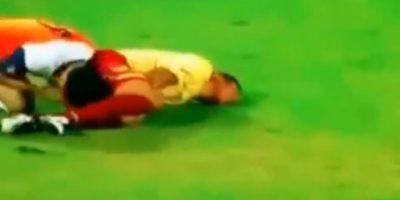 El agresor puso su cara y dedo en el trasero de su rival Foto:Instagram: @jraymq8