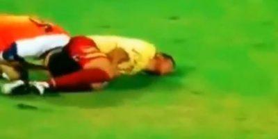 Dos futbolistas cayeron al suelo Foto:Instagram: @jraymq8