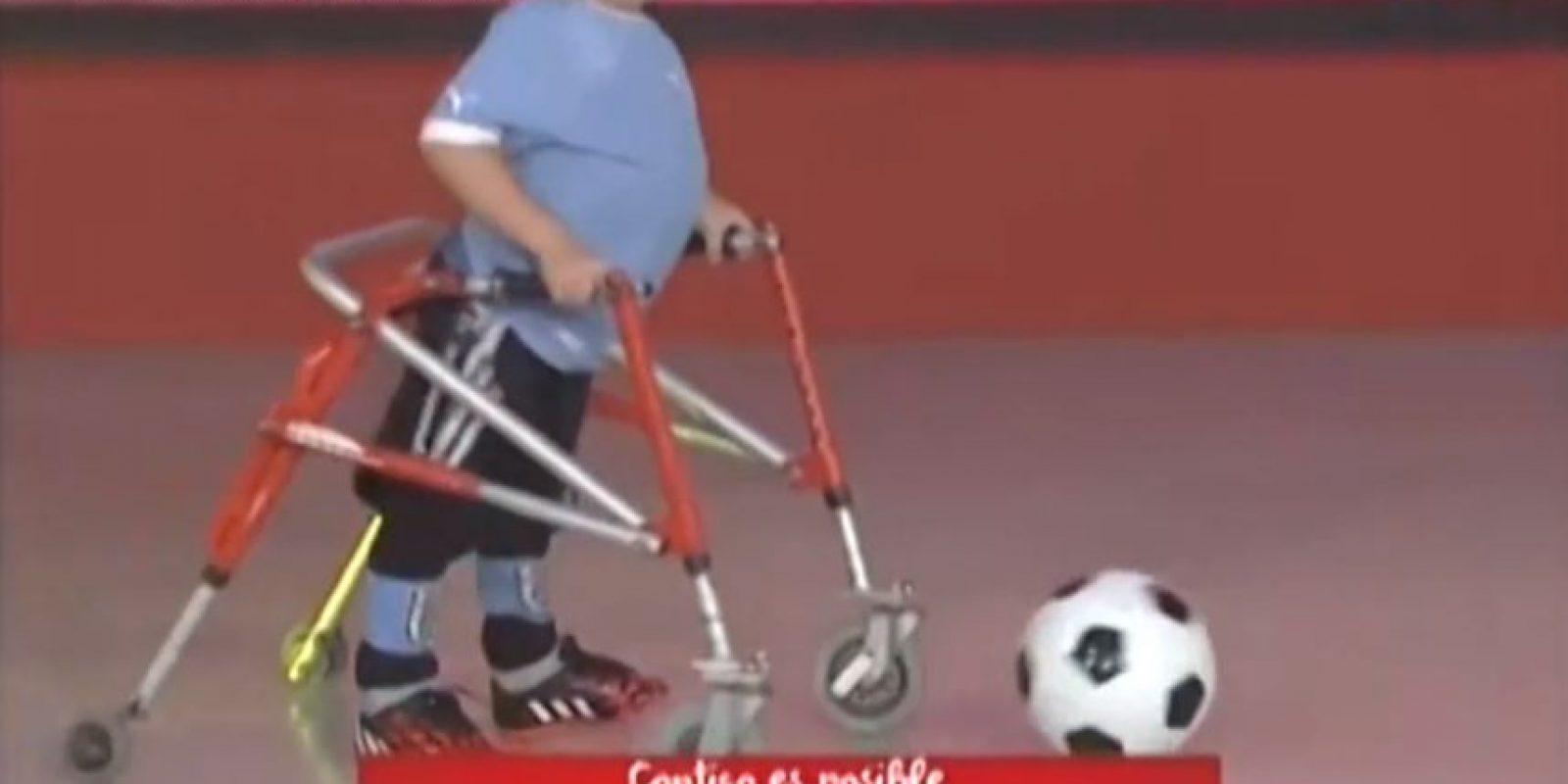 El niño padece espina bífida, una enfermedad que provoca falta de musculatura en las piernas Foto:Youtube: SubrayadoHD