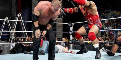 Y Kane chocarán en una pelea de sillas Foto:WWE