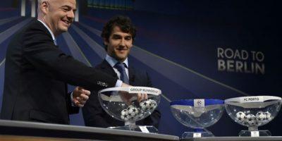 El secretario general de la UEFA, Gianni Infantino y Karl-Heinz Riedle, embajador de la Champions, durante el sorteo de los octavos de final. Foto:AFP
