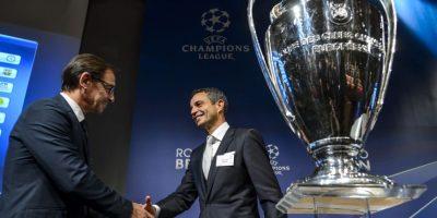 El presidente el FC Basel y el del Oporto, Fernando Gómez, se saludaron después del sorteo. Foto:AFP