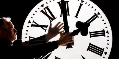 Trabajar durante la noche o los fines de semana, acelera en gran medida el proceso de neurodegeneración, según informes del estudio. Foto:Getty Images