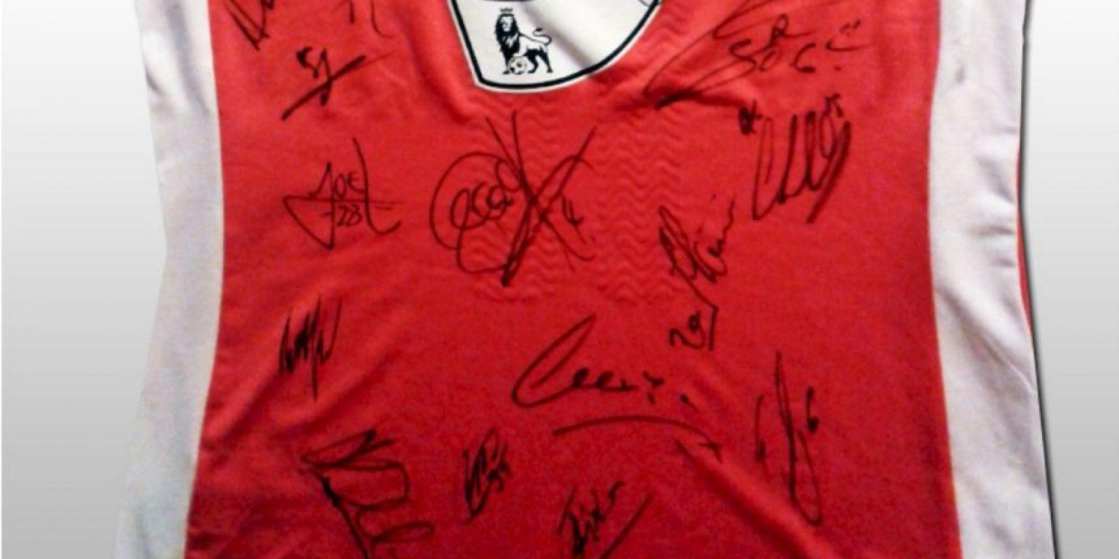 Los compañeros de Podolski la firmaron. Foto:unitedcharity.de