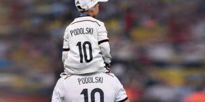 Camiseta padre e hijo de Podolski. Foto:unitedcharity.de