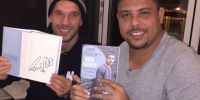 Un libro firmado por el brasileño Ronaldo. Foto:unitedcharity.de