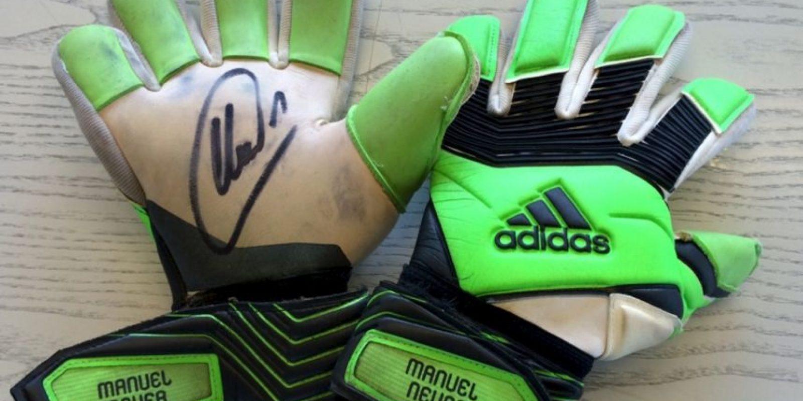 El portero alemán firmó sus guantes. Foto:unitedcharity.de