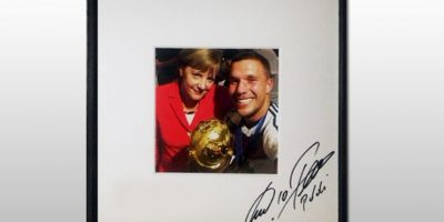 El selfie de Lukas Podolski y la canciller alemana Angela Merkel. Foto:unitedcharity.de