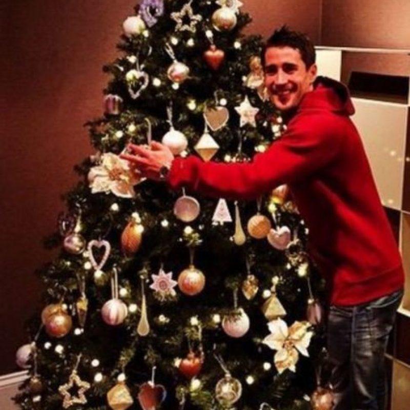 Bojan con el árbol de Navidad Foto:Instagram: @bokrkic