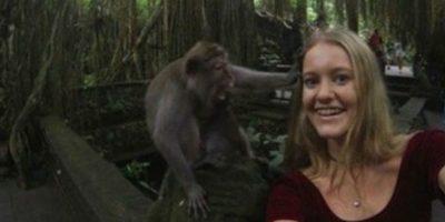 """FOTOS: ¡Fail! Esta mujer tuvo la peor """"selfie"""" del mundo con un mono"""