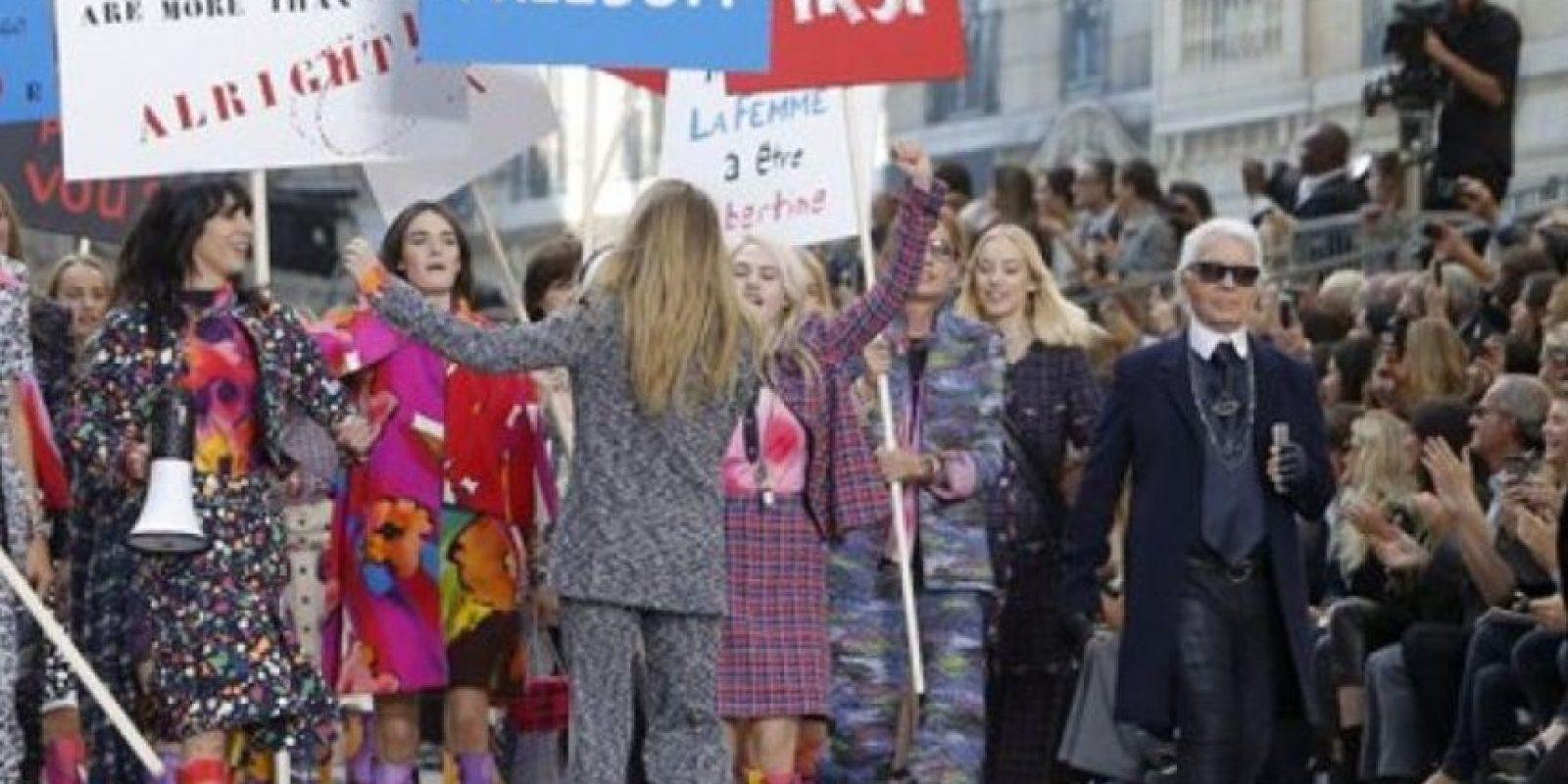 Puso a desfilar a sus modelos con consignas feministas. Foto:AP
