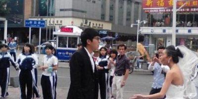 El tipo le exigió quitarse el maquillaje. Foto:Weibo