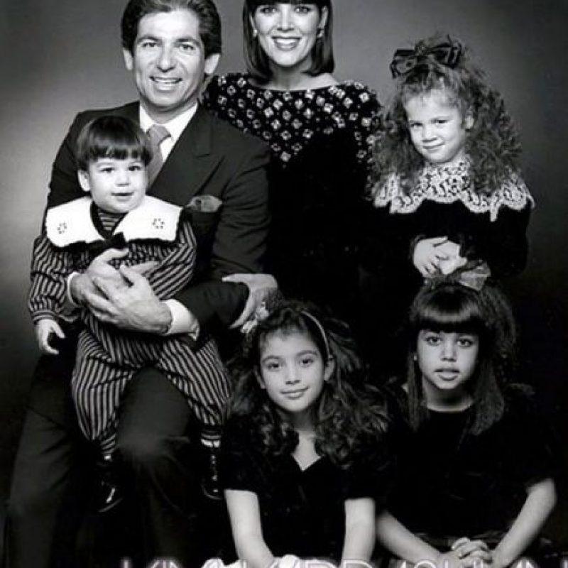 Una tarjeta clásica con Robert Kardashian, una Kris Jenner mucho más joven y sus hermosos hijos Foto:celebuzz