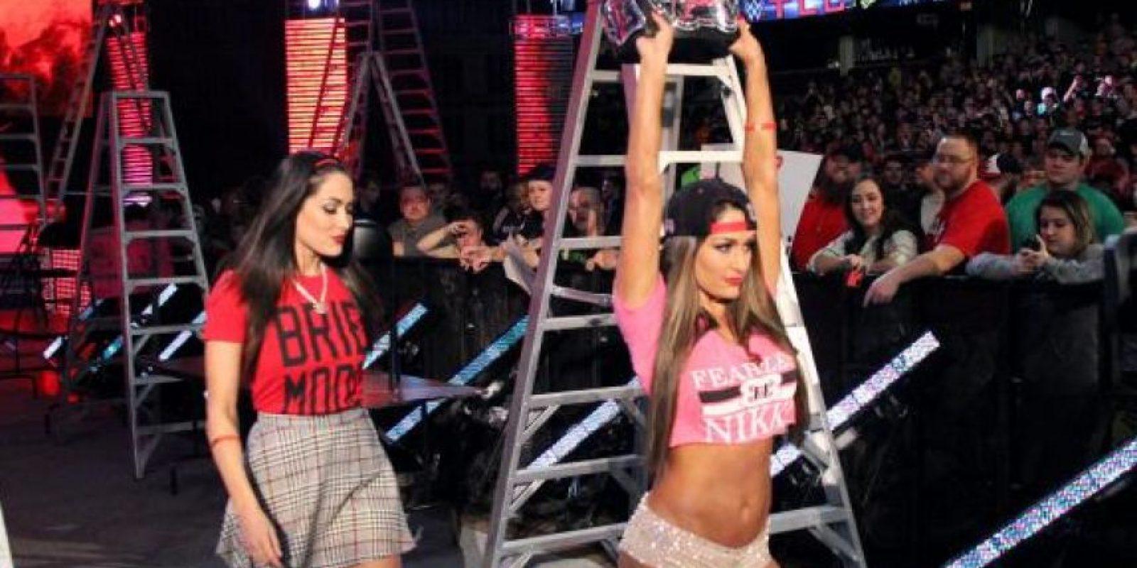 Nikki retuvo el campeonato de las Divas, con la ayuda de su gemela Brie Foto:WWE