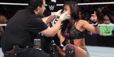Y Nikki Bella le roció un extraño spray en el rostro Foto:WWE