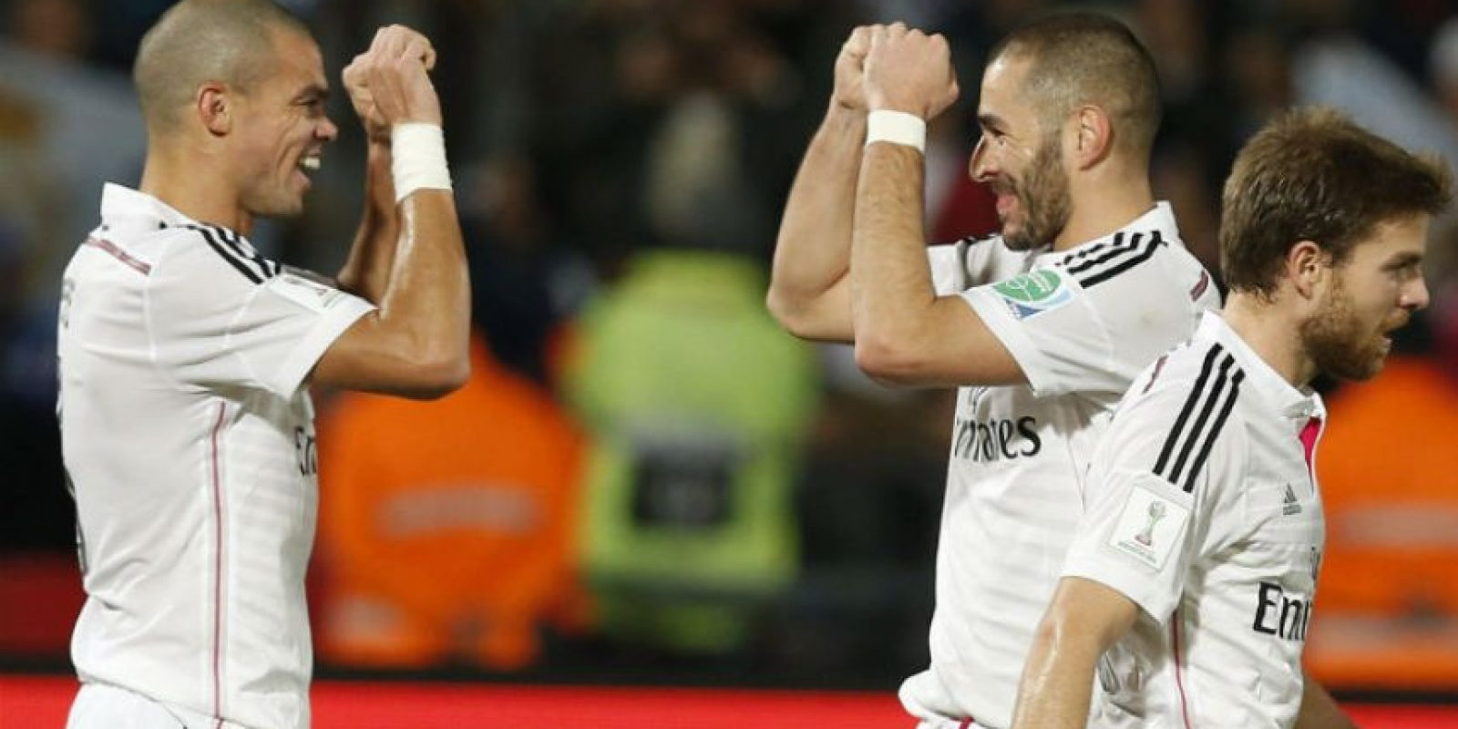 Karim Benzema (derecha) festeja con Pepe. Foto:AFP