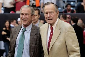 Su hermano George W. Bush y su padre, George H. W. Bush Foto: Agencias