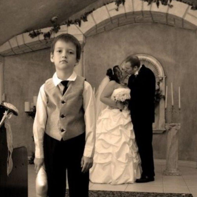 """""""¿Cuándo sirven el pastel?"""", se pregunta el niño. Foto:Awkward Family Photos"""
