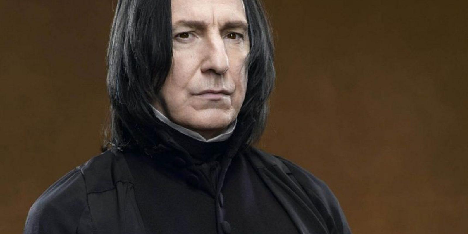 Severus Snape es otro de los personajes con una historia de sacrificio y amor en Harry Potter. Aunque parecía, al comienzo de la saga, que odiaba a Harry, solo lo protegía por órdenes de Dumbledore. Este también le dijo que lo matara. Foto:Warner Bros