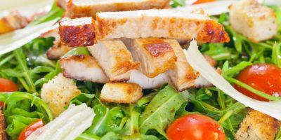 Mezclar estos alimentos hacen que tu ensalada tenga más calorías que una pizza