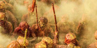 Devotos hindúes se lanzan colores para celebrar el comienzo de la primavera durante el Lathmar Holi Festival. Los Brahmanes hindúes del pueblo de Nandgaon se cubren de polvo de color mientras cantan y rezan sentados en el suelo. Foto:Agencias