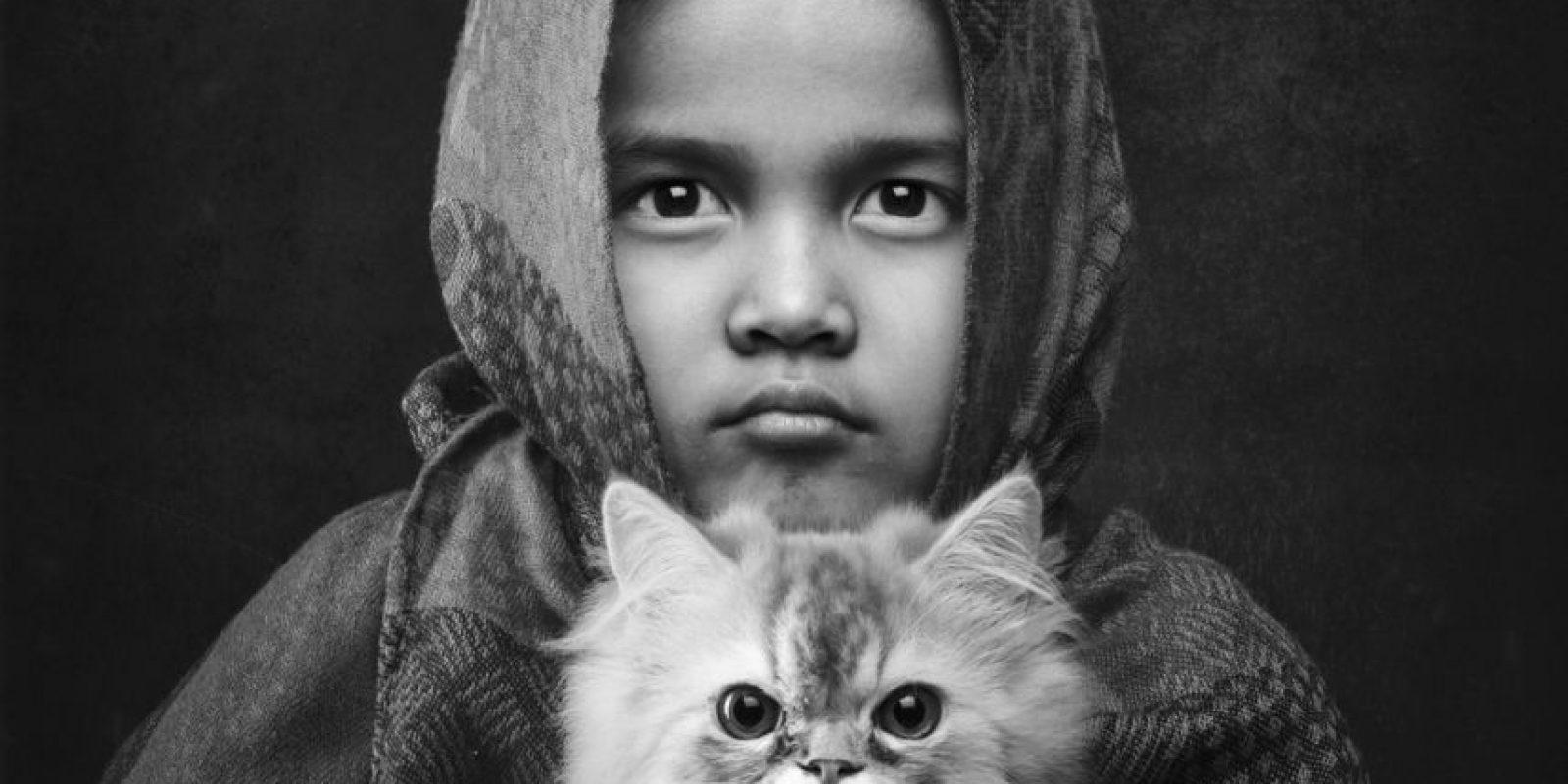 Fiona (la niña de la foto) es la más joven de mis dos hijas. Fiona solía tenerle miedo a los gatos y luego de siete meses logró vencerlo. Foto:Agencias