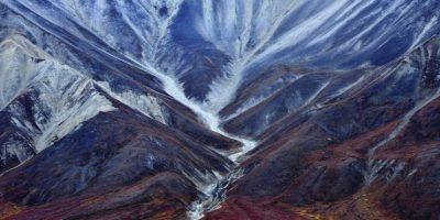 El Parque Nacional de Denali está compuesto por más de dos millones de hectáreas de tierra silvestre, atravesados por un pequeño camino Lo que antes eran glaciares ahora son rocas blancas y azules, que contrastan con la tundra roja, amarilla, naranja y verde de este vasto paraíso natural. La imagen fue tomada en otoño cuando los colores se multiplican y el paisaje es impresionante. Foto:Agencias