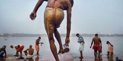 Un hombre se lava los pies antes de bañarse en el Río Hooghly, parte del sagrado Río Ganges, una mañana temprano en Kolkata, India. Foto:Agencias