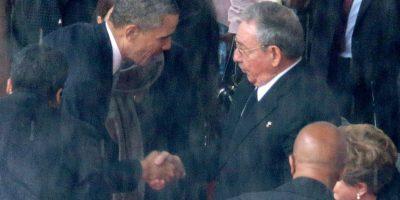 Encuentro entre Obama y Raúl Castro durante el funeral de Nelson Mandela Foto:Getty Images