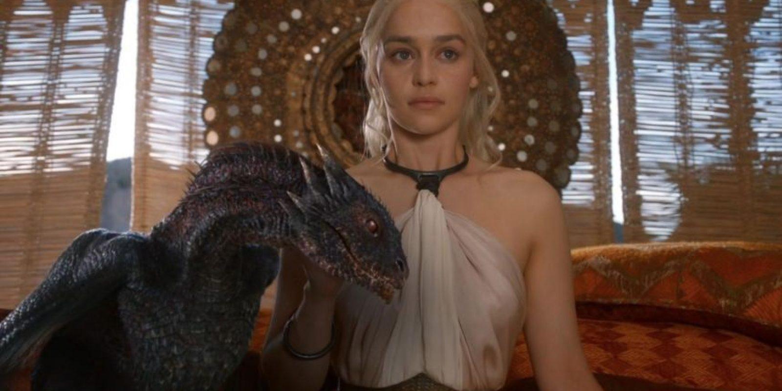 Emilia Clarke interpreta el papel de Daenerys Targaryen .