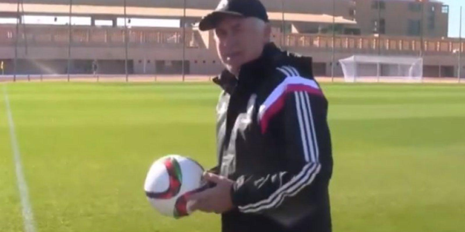 Carlo Ancelotti enseña en un video como mantener el esférico sin que toque el césped Foto:Youtube: Real Madrid C. F.