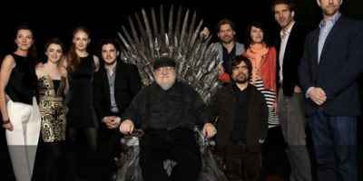 El cast de la quinta temporada junto al escritor de la serie