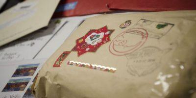 Las cartas para Santa se distinguen por los adornos. Foto:Luis Nájera