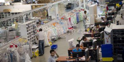Los empleados seleccionan las cartas. Foto:Luis Nájera