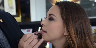 Lo ideal es delinear los labios y luego darles el color y brillo deseado Foto:Ivonne Gordillo