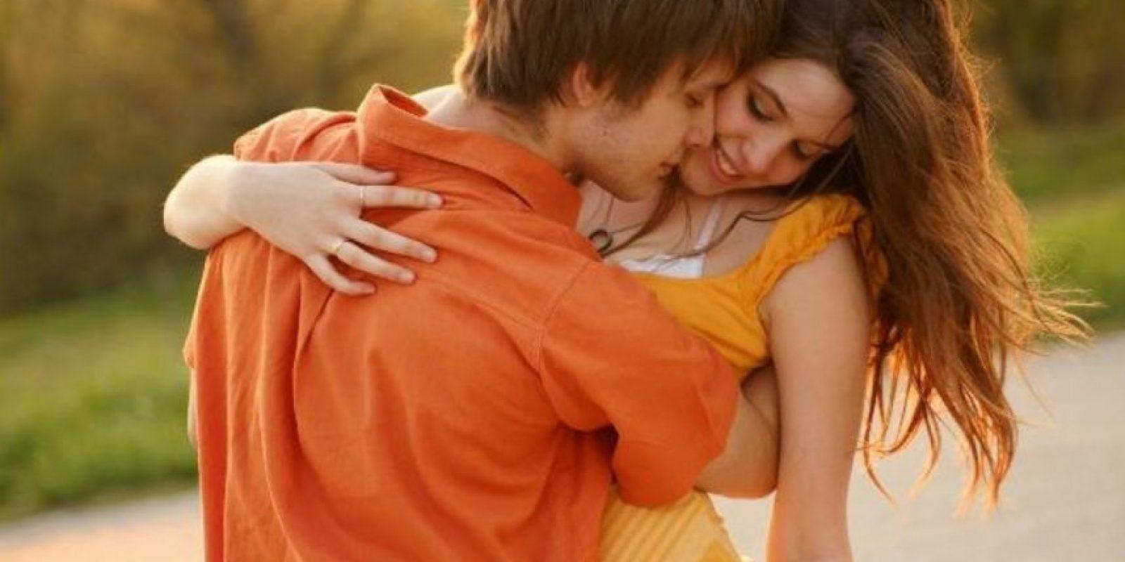 Barry Komisaruk, profesor de psicología de la Universidad Rutgers, de Nueva York, explicó que pese a que hombres y mujeres liberan oxitocina durante el orgasmo (conocida como hormona del amor), no hay indicios concluyentes que aseguren que esta hormona provoque enamoramiento, tanto en el hombre como en la mujer. Foto:Tumblr.com/Tagged/pareja