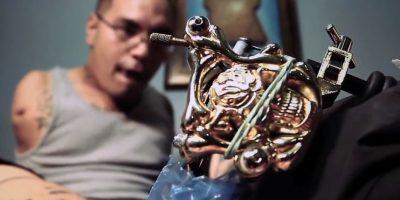 FOTOS: ¡Increíble! Este tatuador sin brazos lo hace con los pies