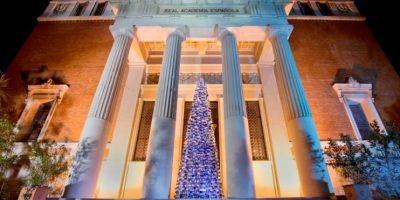 FOTOS: La RAE recibe la navidad con un árbol de mil diccionarios